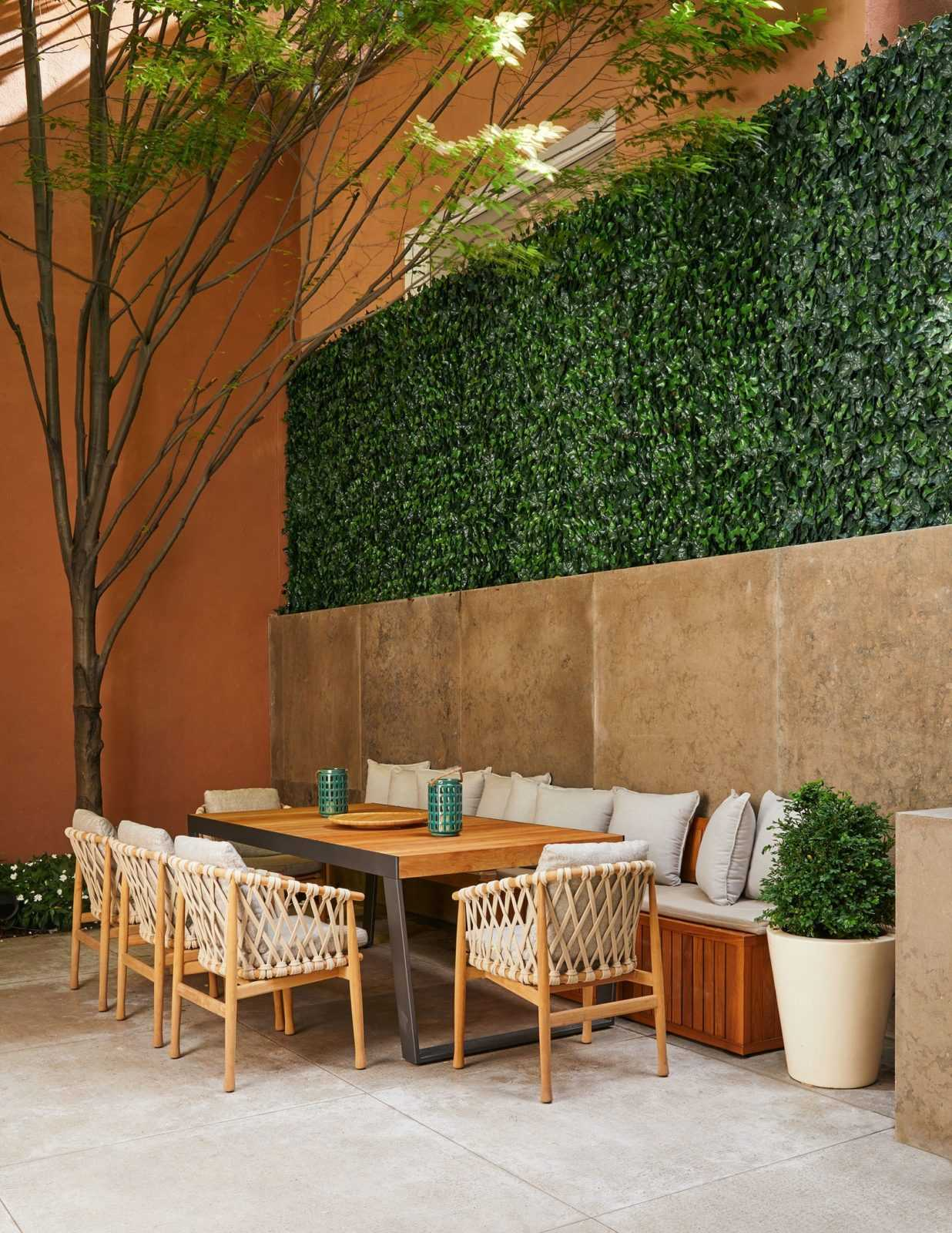 outdoor patio area with boxwood wall